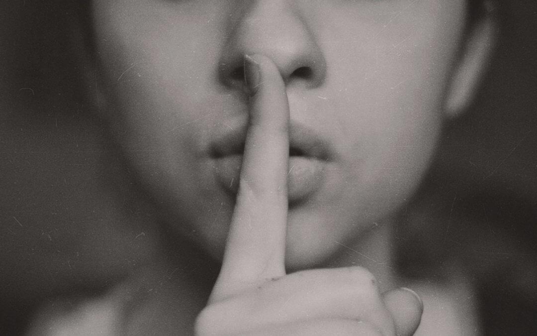vrouw vinger voor mond geheim taboe